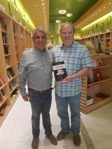 Jesús Neira y el gerente de la Librería Altamira